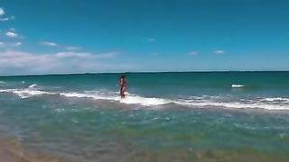Сисястая телка плавает в море голышом